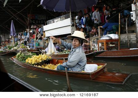 traders in the floating market