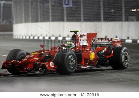 Singapur - 26 de septiembre: Carreras de Felipe Massa de Ferrari en el 2008 Singtel Singapore F1 Grand Prix o