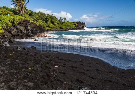 Great views of the Pacific Ocean and the East Maui coast line. Contrasting volcanic rocks and the ocean. One'uli Black Sand Beach ** Note: Visible grain at 100%, best at smaller sizes