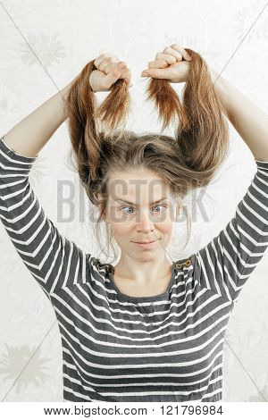 tips of the hair are cut by women's issues