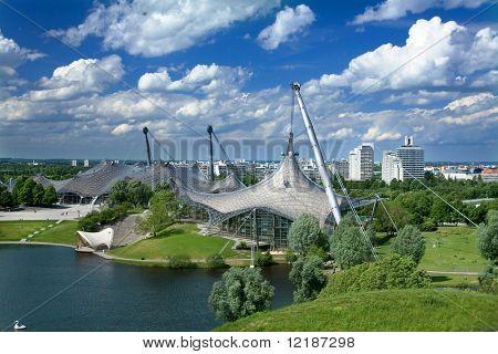 Olympiahalle (Olympiahalle) in München, im Hintergrund das Olympische Dorf von 1972