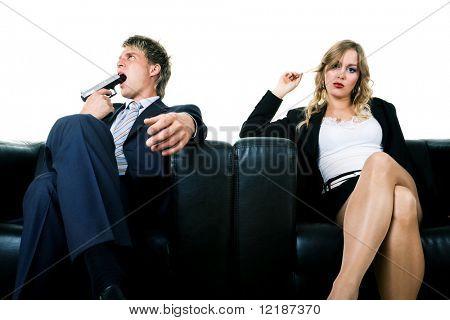 Una pareja en un sofá. Que amenaza con suicidarse, ella lo ignora. Una metáfora para el divorcio, lovesickn