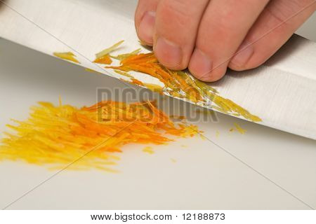 Hombre cortar pieles de naranjas y limón ralladas