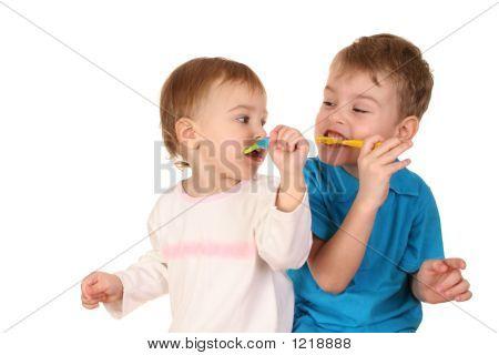 Crianças com escovas de dentes