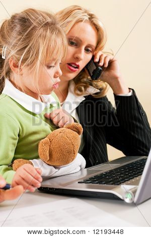 Familienunternehmen Telecommuter geschäftsfrau und Mutter, die sich auf ihre Arbeit w trouble