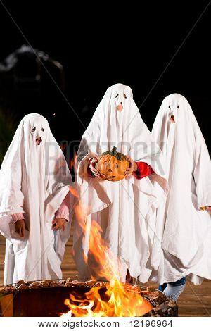 Três fantasmas muito, muito assustadoras - crianças vestidas como fantasmas - no Halloween ou carnaval ou um traje p