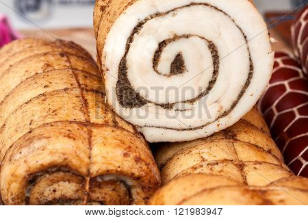 Photo closeup traditional ukrainian preserved salted spicy pepper rolled lard bacon pork fat with ga