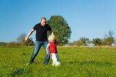 Постер, плакат: Папа дочь игры футбол в траве
