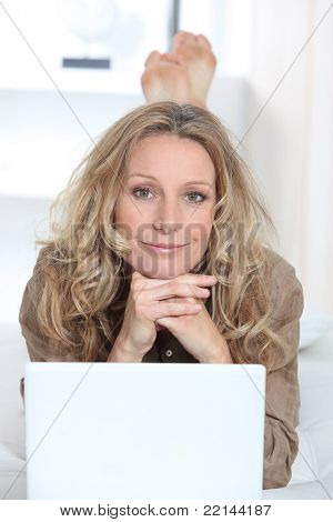 Mujer en portátil