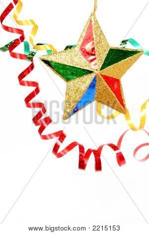Mehrfarbige festlichen Lametta und Weihnachtsstern auf einem weißen