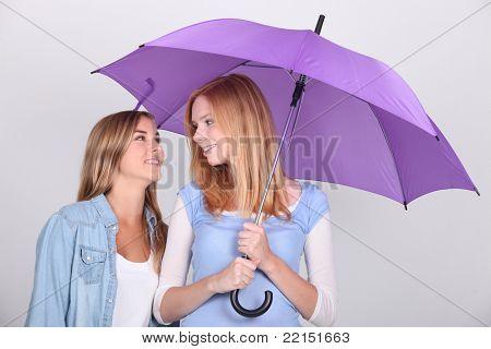 Duas meninas sob um guarda-chuva