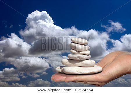 Steinhaufen in seinen Händen