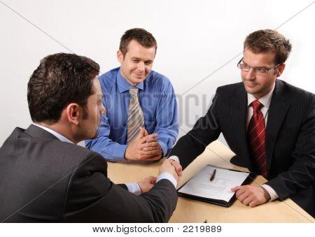 Aperto de mão durante Cotract assinado