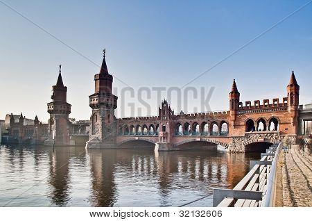 A ponte de Oberbaumbrucke em Berlim, Alemanha