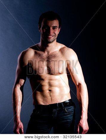 Moda homem musculoso em uma pose de moda