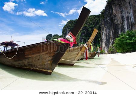 Playa tropical, longtail barcos, el mar de Andamán, Tailandia