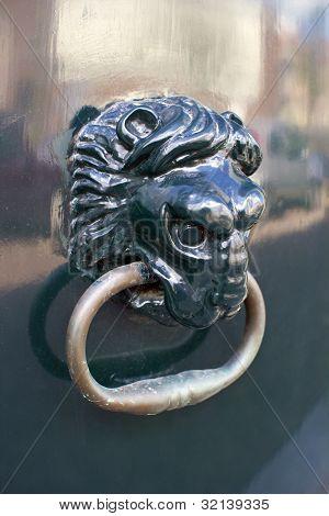 Closeup von dekorativen traditionellen niederländischen Löwen Kopf Türgriff