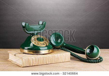 Retro Telefon stehen auf Discount Holztisch auf grauen Hintergrund