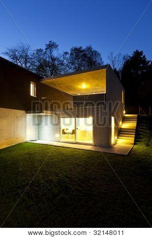 hermosa casa modernista, al aire libre por la noche