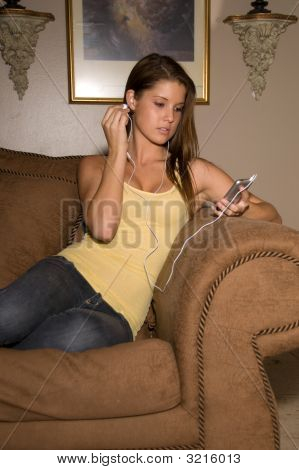 Bela dama adolescente ouvindo música.
