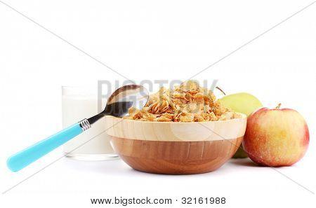 copos de maíz sabrosas en madera, la manzana y el vaso de leche, aislada en blanco