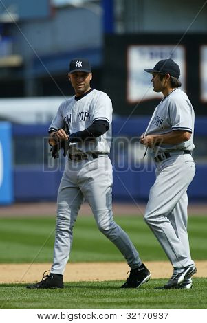 NOVA YORK - 20 de maio: Derek Jeter #2 e Johnny Damon #18 do New York Yankees caminhar juntos sobre a