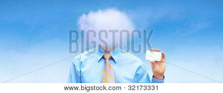 Empresario de hasppiness bajo un cielo azul con nubes