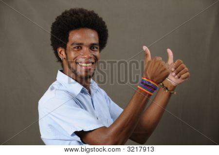 Hombre Latino alegre