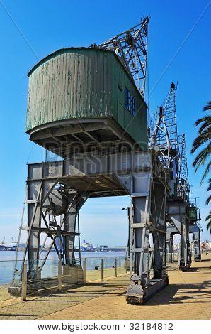 Alte Kräne im Hafen von Tarragona, Spanien