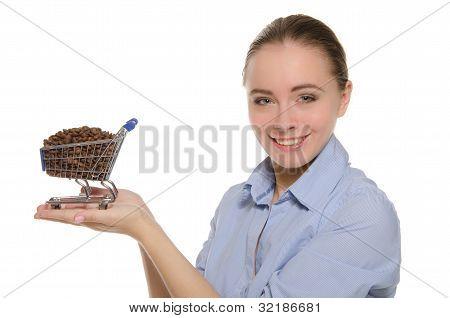Mulher com grãos de café no carrinho de compras