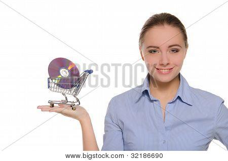 Mulher com discos óticos no carrinho de compras