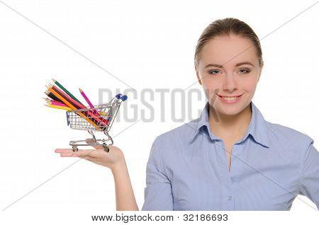 Mulher com lápis de cor no carrinho de compras