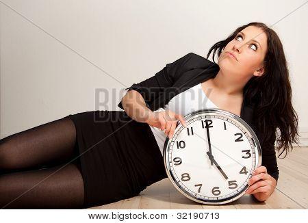 Empleado aburrido con un reloj