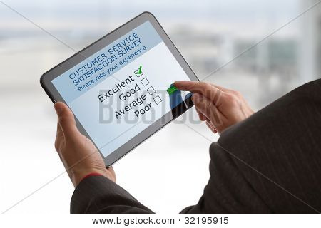 Pesquisa de satisfação de serviço ao cliente on-line em um tablet digital
