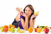 Постер, плакат: Здоровое питание счастливая женщина с фруктами и овощами едят яблоко