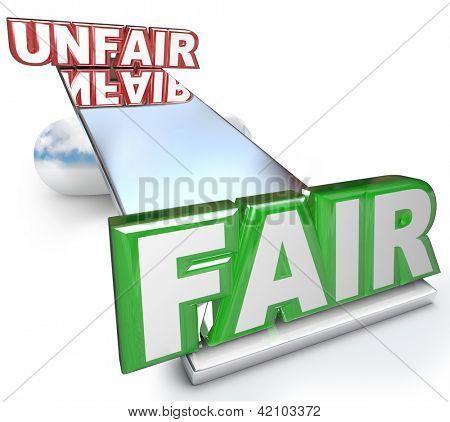 Die Worte Fair und Unfair ausgeglichen auf Wippe, Gleichgewicht oder Ebene symbolisieren Gerechtigkeit gegenüber Nichtssagen