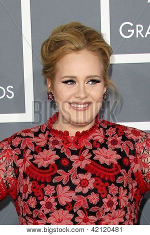 LOS ANGELES - 10 de fev: Adele chega no 55o Anual Grammy Awards no Staples Center, em fevereiro