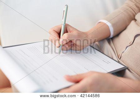 Mujer Consejera anotando una cierta información sobre su paciente