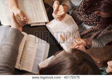 Frauen beugen und beten