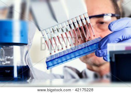 Wissenschaftler verwendet Multipipette während der DNA-Forschung