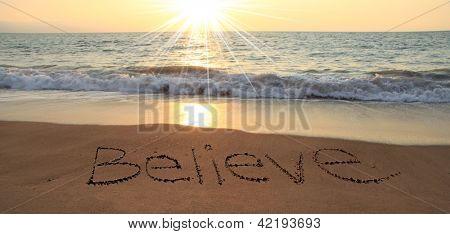 Creen por escrito en la arena en la playa
