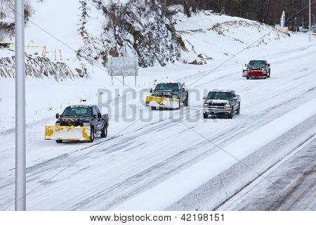 NORWALK, CT - 09 de febrero: Camiones de arado en 95 después de tormenta de invierno en Norwalk en febrero 09,2013