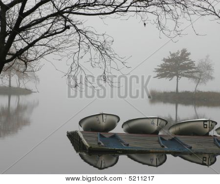 Club Boote in Nebel