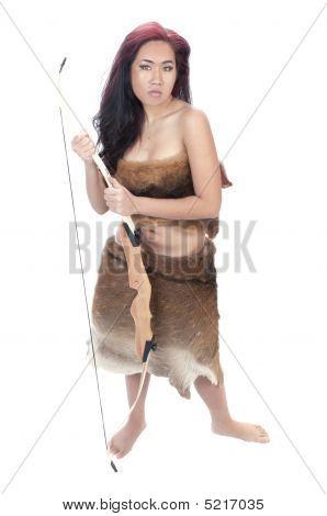 Menina bonita asiática na pele de um Animal com arco