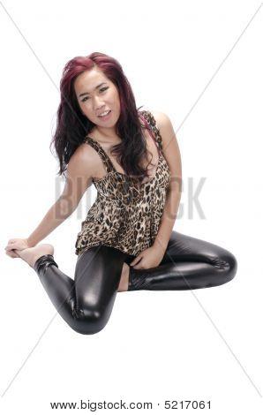 Menina bonita asiática, sentado no chão