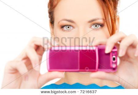 Redhead mujer usando teléfono cámara