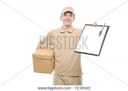 Eine Lieferung Menschen bringen ein Paket und hält sich eine Zwischenablage