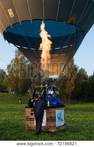 The big balloon with fire is going to fly up