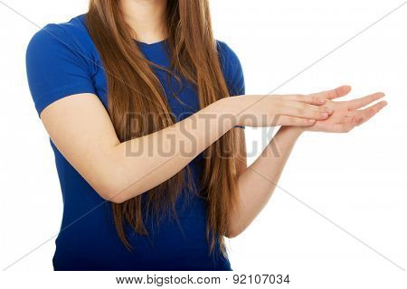 Teenage woman clapping her hands.