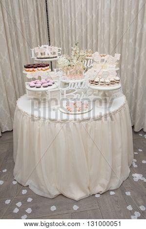 Wedding table flowers decor. Table set for a wedding dinner.